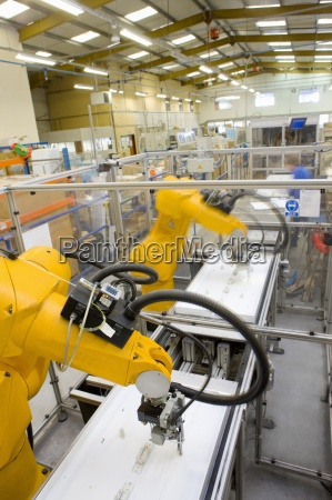 roboterarme arbeiten fabrik fliessband