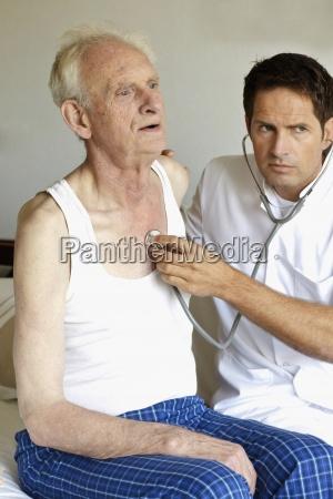 ein doktor der einen aelteren mans