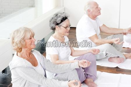 un gruppo di anziani che prende
