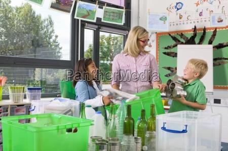 lehrer und schueler recyclables zusammen im