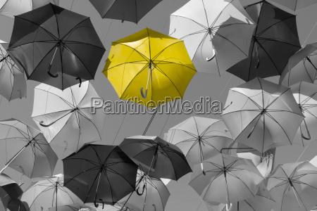 strasse mit farbigen umbrellasmadrid ge tafe