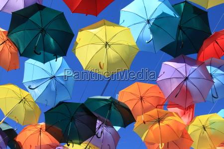 strasse mit farbigen umbrellasmadrid getafe spanien