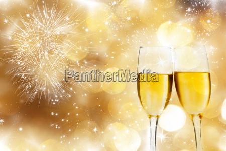 glaeser mit champagner gegen feuerwerk