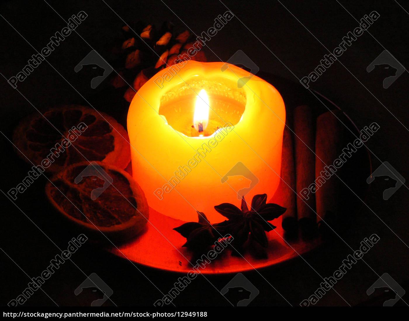 weihnachtliche, dekoration, mit, brennender, kerze - 12949188