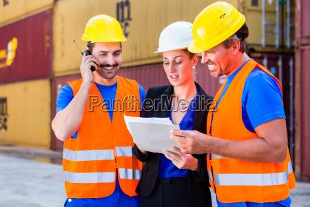 arbeiter auf hof von logistik unternehmen