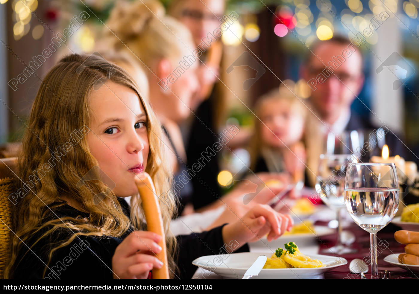 familie, bei, weihnachtsessen, würstchen, und, kartoffelsalat - 12950104