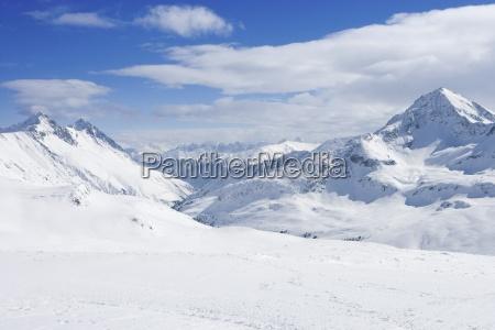 blick auf verschneite gebirge