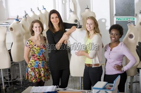 modedesign studenten mit dozent in hoersaal