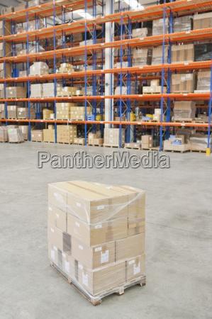 palette von kartons verpackt und fertig