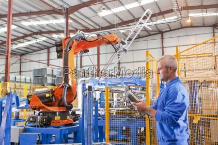 worker robotermaschinen bekaempfung von pflanzenstahlzaun heben