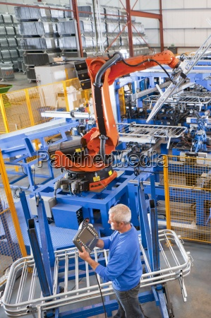 worker steuerung robotermaschinen hebestahlzaeune auf produktionslinie
