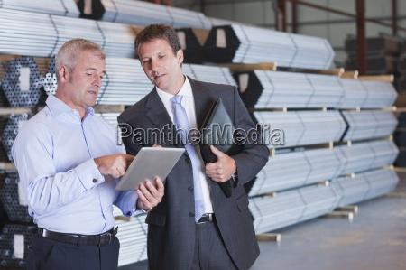 bank manager und unternehmer mit digitalen
