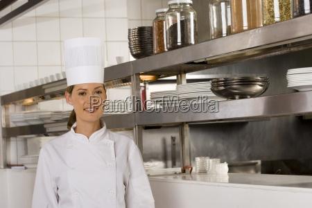 weiblicher chef posiert in gewerbliche kueche