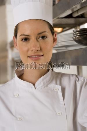 weiblicher chef stehen in gewerbliche kueche