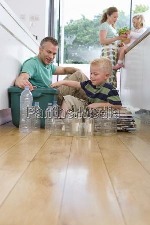 vierkoepfige familie in der kueche vater