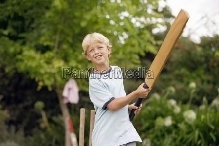 blonde junge 8 10 cricket spielen