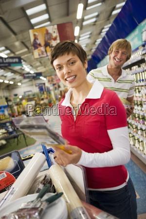 paar einkaufen im baumarkt frau haelt