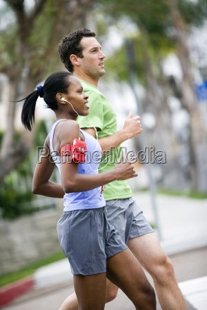 paar tragen sportswear joggen auf asphalt