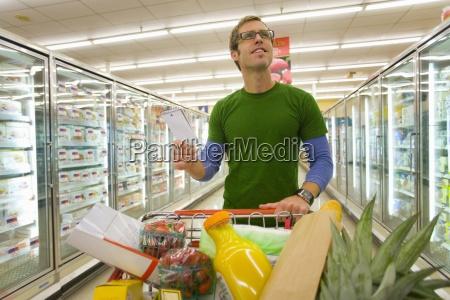man einkaufen in tiefkuehlkost abschnitt