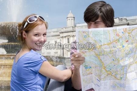 paar sightseeing mit karte