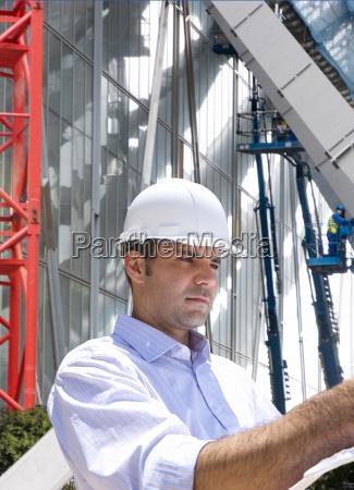 imprenditore ispezionando cantiere