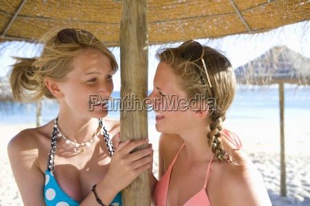 teenager maedchen unter sonnenschirm lachen