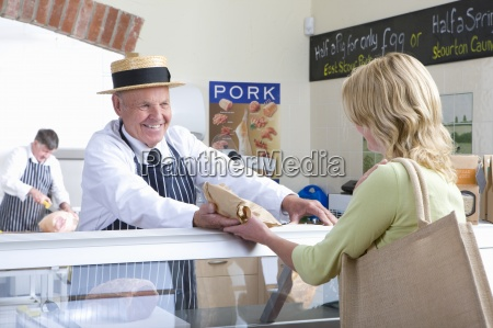 metzger in uniform verkaufen fleisch an