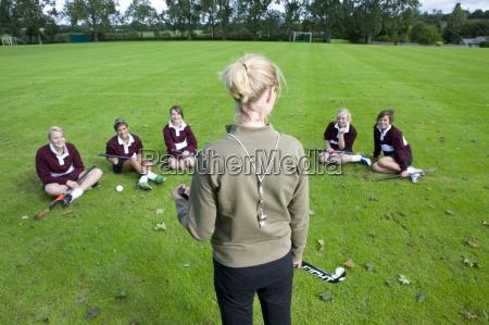 allenatore in piedi prima di adolescente