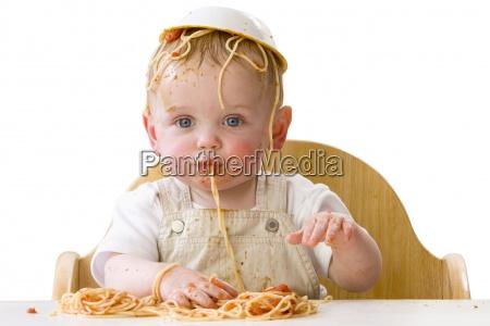 bebe desarrumado jogando com espaguete