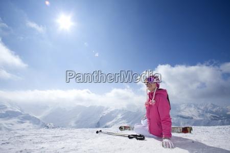 skifahrer in schutzbrille und muetze sitzen