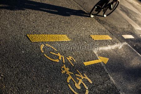 biker radfahrer auf einer kreuzung