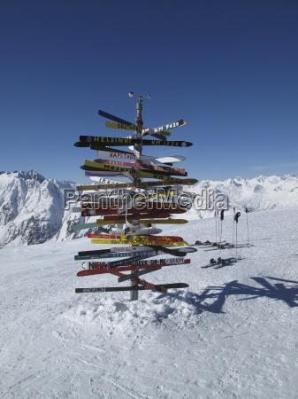 bunte zeichen im schnee in der