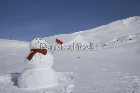 snowman z miotla w gorach na