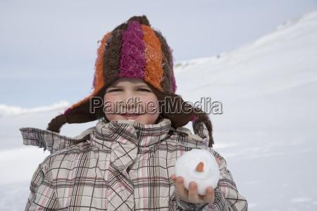 portraet der jungen maedchen die schneeball