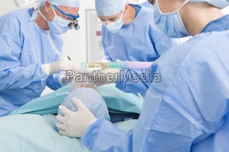 konzentrieren chirurgen die operation im op