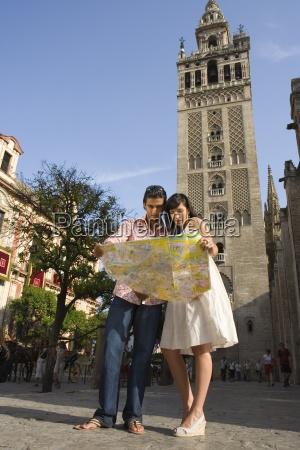 junge paare an touristische karte suche