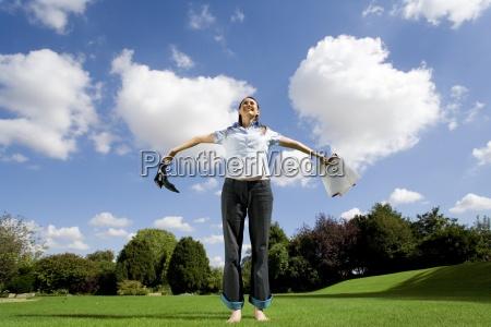 frau auf gras halten papierkram und