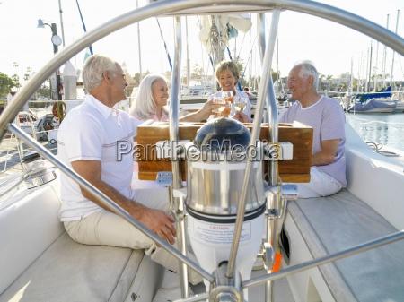 senior paar und freunde auf segelboot