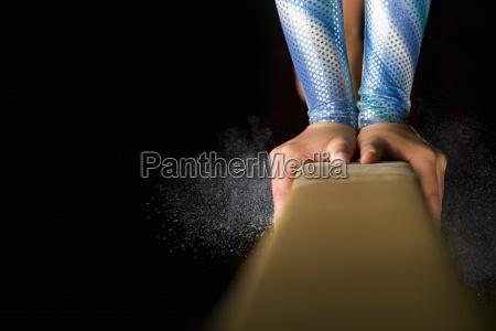 ginnasta femminile che effettua sul fascio