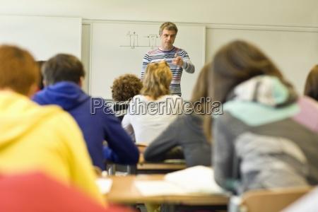 rueckansicht des klassenzimmers voller schueler und