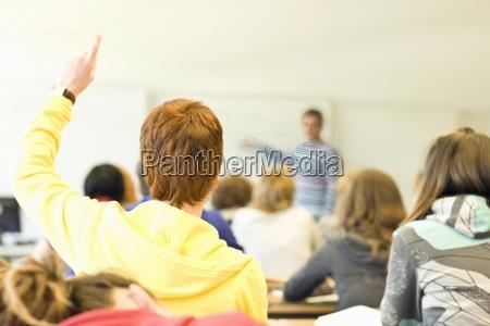 rueckansicht klassenzimmer voller studenten und einem