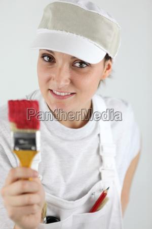 weibliche dekorateur in der hand pinsel