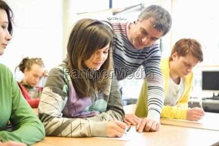 teenage, studenten, hilfe, von, lehrer, im - 12973208
