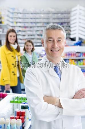 apotheker in apotheke mit kunden in