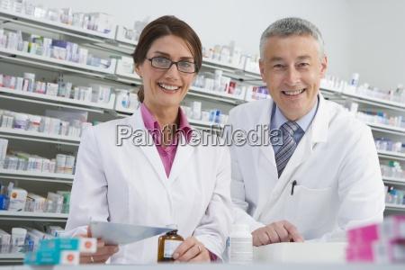 apotheker fuellung flasche mit medizin in