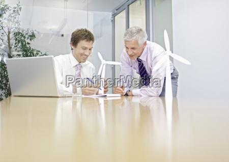 dois empresarios que discutem a tecnologia