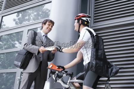 fahrrad kurier paket unternehmer liefert laecheln