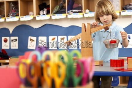 tijeras multicolores en el aula se