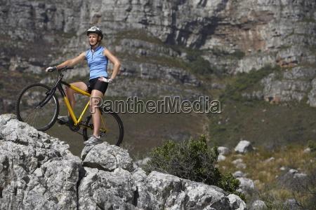 female biker sitzt auf dem fahrrad