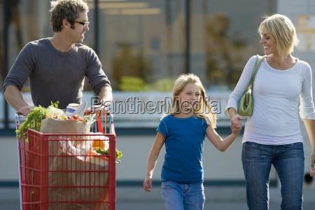 familie forlader supermarked far skubber shopping